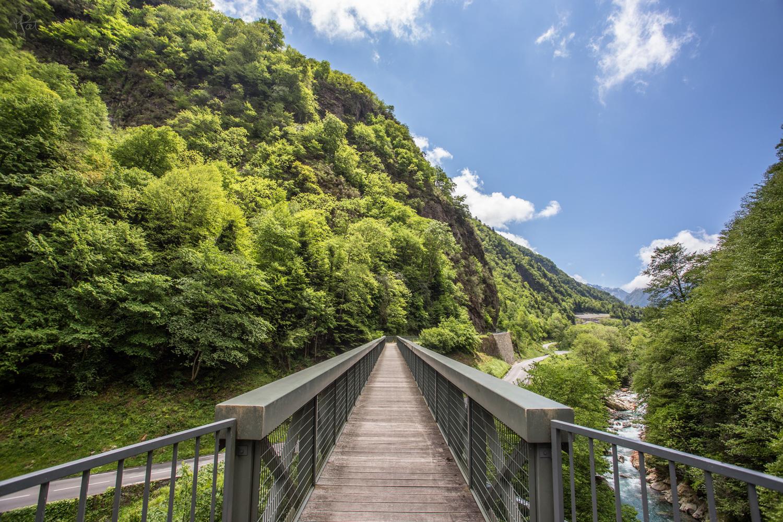Le pont de Meyabat vu depuis le chemin des promeneurs, on passe dessous dans la montée de Cauterets.