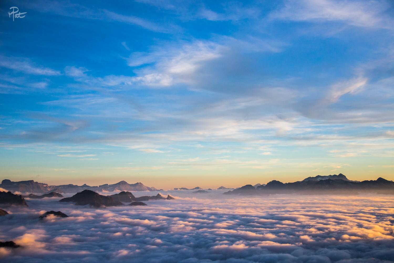 Le Vignemale à droite et la brêche de Roland à gauche depuis le Pic du Midi au coucher du soleil.
