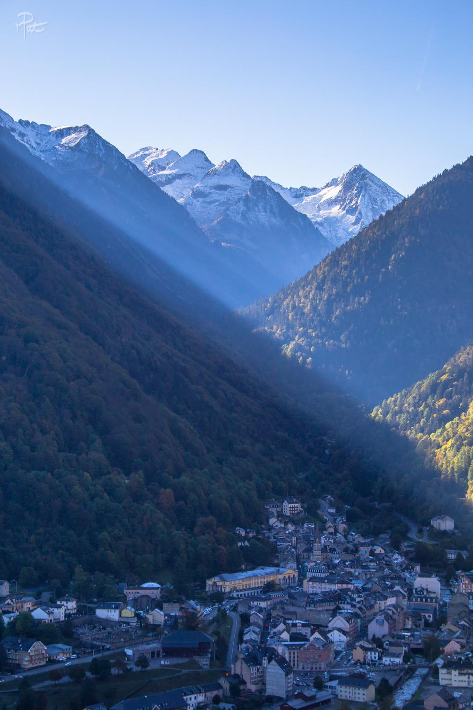Une superbe ambiance sur le village et belle vue sur les Culaus.