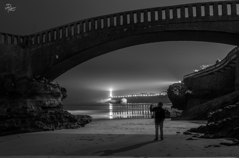 Le phare de Biarritz et la grand plage.
